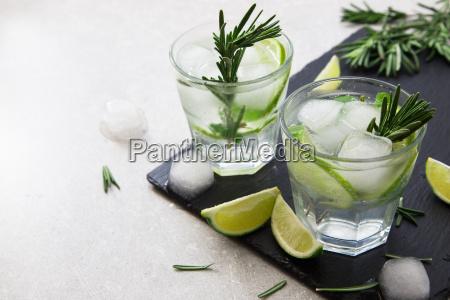 lime lemonade con rosmarino e ghiaccio
