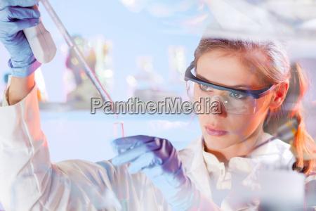 dottore medico donna chiudere blu liquido