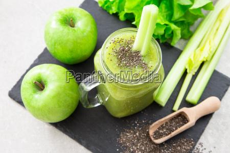 frullato verde frullato con ingredienti superfood