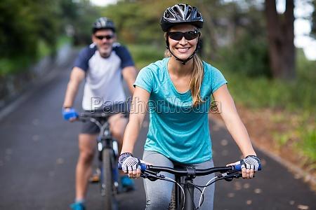 atletico coppia in bicicletta sulla strada