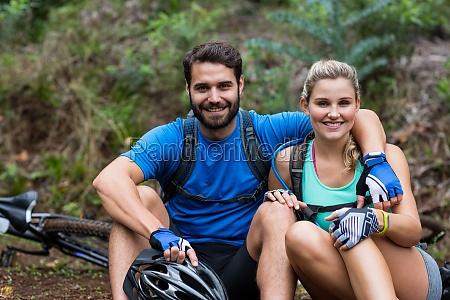 coppia atletica rilassante nella foresta