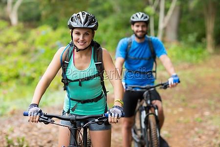 atletico coppia in bicicletta nella foresta
