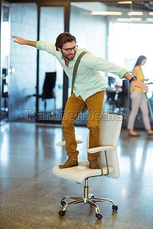 donna ufficio risata sorrisi carriera sedia