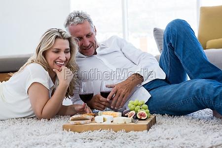 coppia felice con vino rosso e