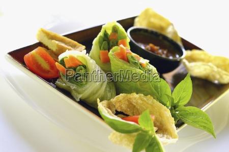 gado gado rotoli di lattuga indonesiano