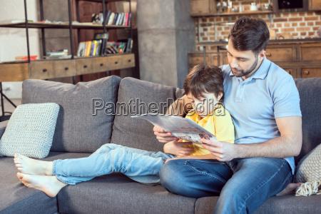 concentrato padre e figlio leggendo giornale