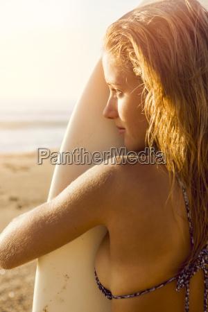 donna riva del mare spiaggia estate
