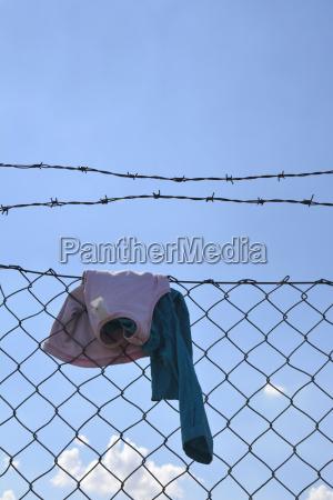 abbigliamento bambini appeso su rete metallica