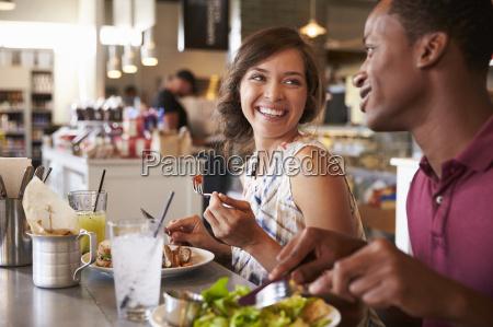 coppia godendo data pranzo nel ristorante