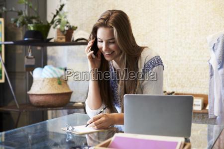 giovane donna che lavora in negozio