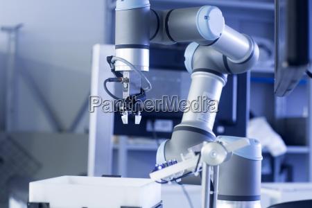 braccio del robot in un impianto