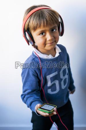 piccolo ragazzo ascoltando musica del suo