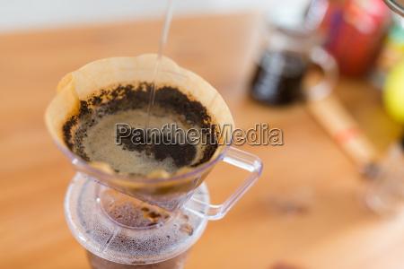 versare acqua calda nel filtro caffe