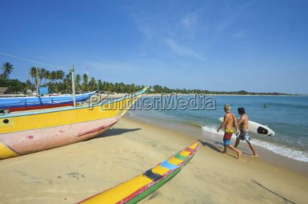 surfisti e barche da pesca in