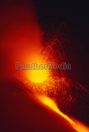 eruzione e il flusso di lava