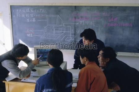 studenti a una dimostrazione al computer