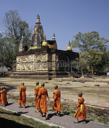 monks in wat chedi ched yod