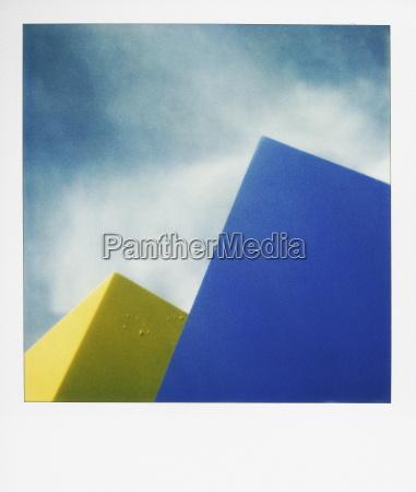 forme blu e gialle contro il