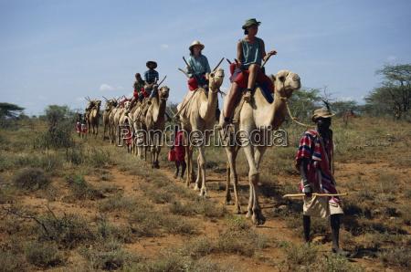 turisti su cammelli guidati da samburu