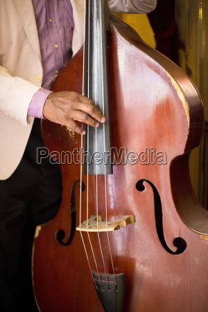 particolare del contrabbasso suonato da un