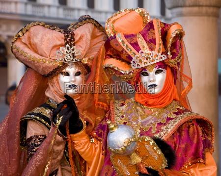 personaggi di carnevale mascherato in costume