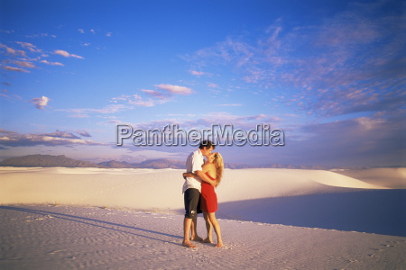 couple kissing white sands national monument