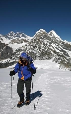 uno scalatore cammina verso il campo