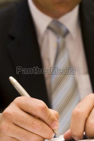uomo di affari che firma un