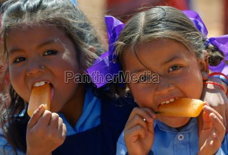 ragazze nepalesi forse sorelle godendo di