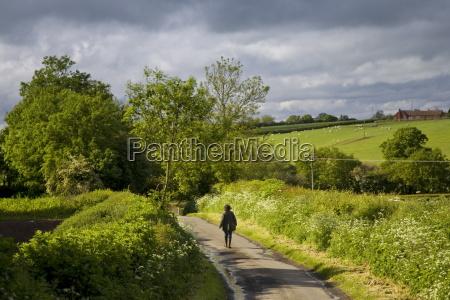 le donne camminano lungo una corsia