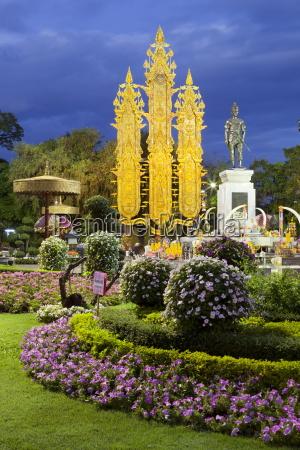 king mengrai monument at night chiang