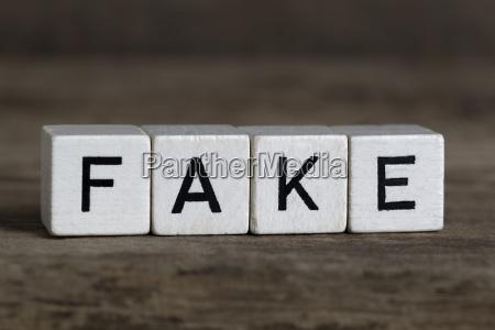 menzogna bugia imitazione falsificazione copia contraffazione