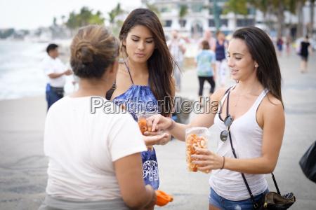 messico puerto vallarta donne che acquistano