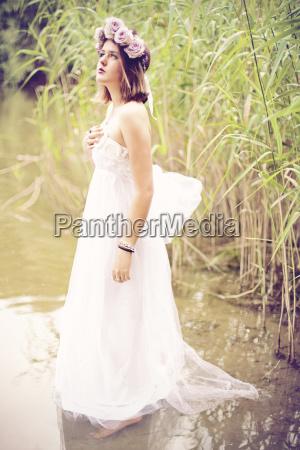 donna che indossa abito da sposa