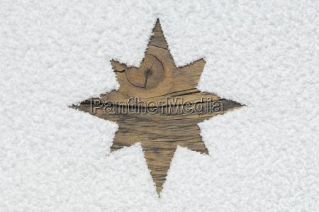 stella di natale intagliata su tavola
