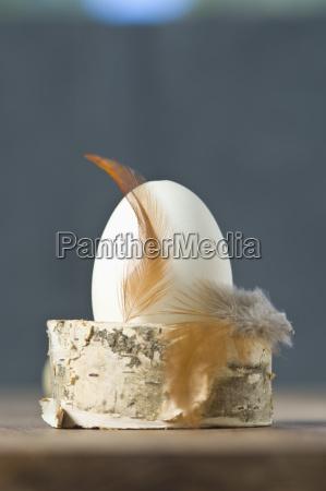 uovo di pasqua con la piuma