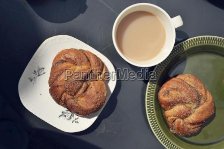 colazione svedese semplice con panini alla