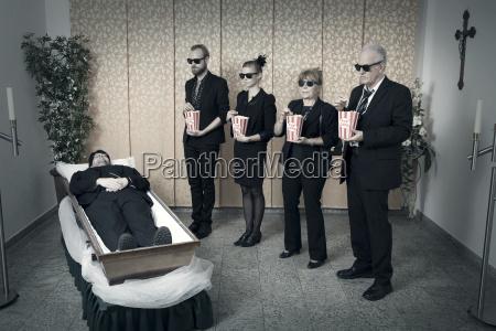 veglia dal corpo con popcorn