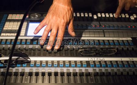 le mani dellingegnere audio al mixer