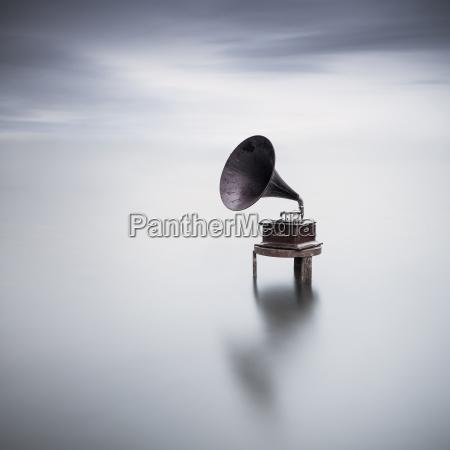 grammofono in un lago
