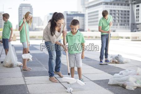 gruppo di bambini volontari che raccolgono