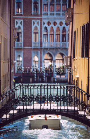 italia venezia motoscafo che attraversa un