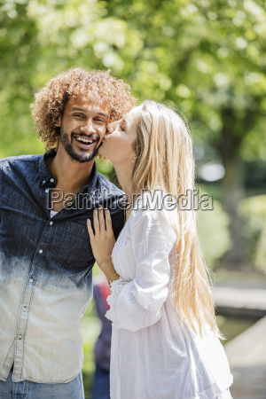coppia felice allaperto