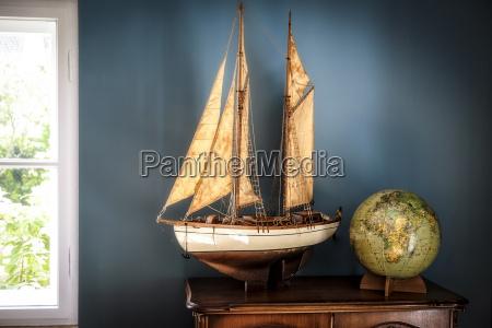 interno domestico con modello di nave