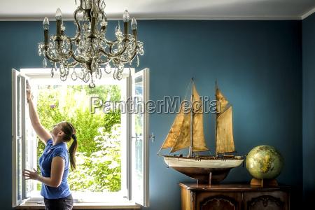 interno casa con modello di nave