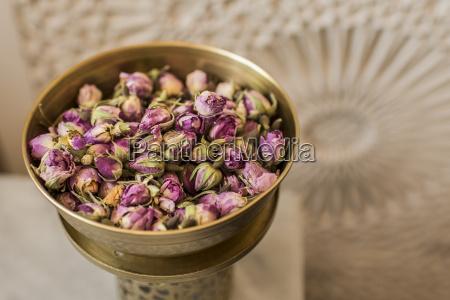 vaso di fiori di rosa secchi