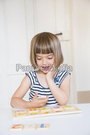 ritratto della bambina che impara le