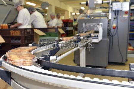 linea di produzione con biscotti in