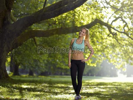 germania giovane donna atletica in piedi