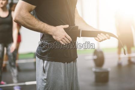 atleta in palestra mettendo su cintura